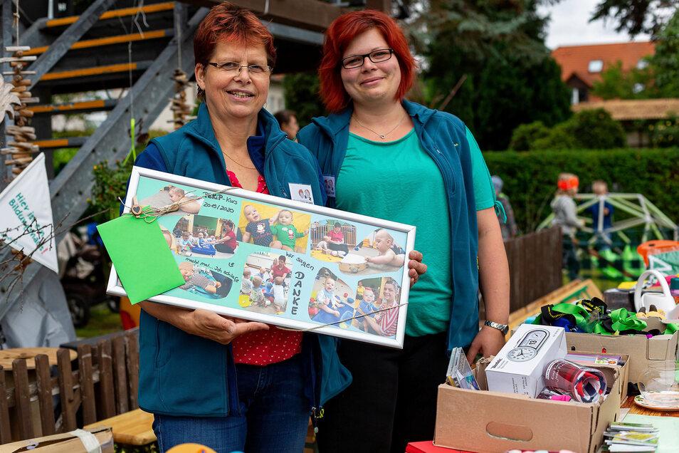 Die Flohmarkt-Veranstalterin Karis Geier mit Romina Kadner und einem Abschiedsgeschenk. Wegen Corona waren die PeKiP-Kurse spontan beendet worden. Erst jetzt konnte das Geschenk übergeben werden.