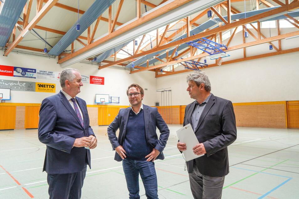 Große Freude bei Bischofswerdas OB Holm Große und Architekt Sebastian Fest: Minister Thomas Schmidt (v.r.) überbringt den Fördermittelbescheid für den Umbau der Wesenitz-Sporthalle.