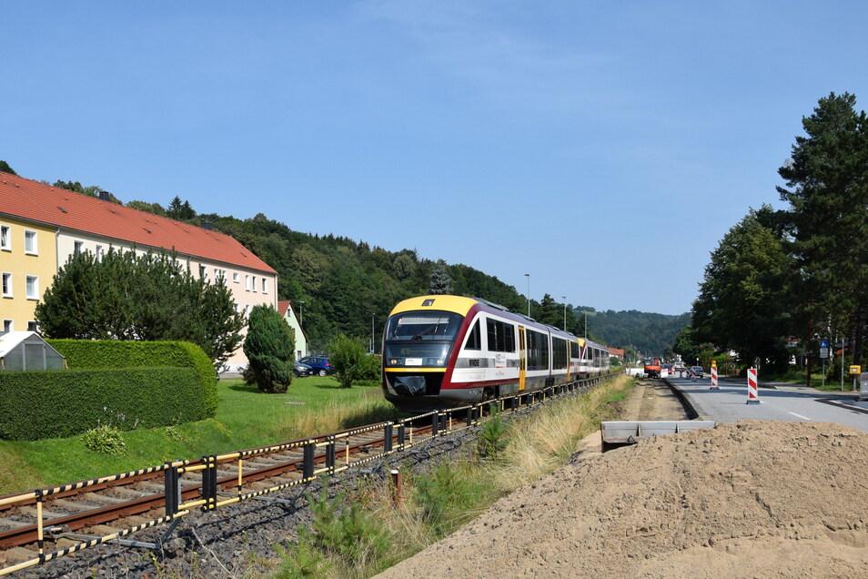 Trotz Bauarbeiten rollt die Müglitztalbahn sicher durch Schlottwitz.