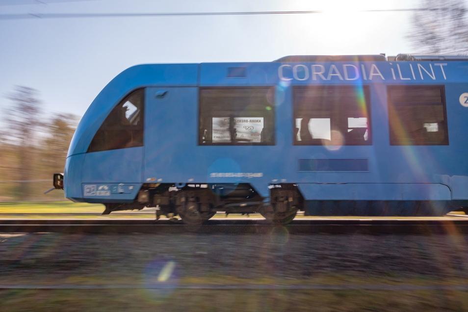 Ein Prototyp des Coradia iLint Wasserstofftriebzuges von Alstom in Bewegung. Die Vision: Straßenbahnen ohne Oberleitungen und CO2-Ausstoß, stattdessen eine Bahn mit Brennstoffzellenantrieb.