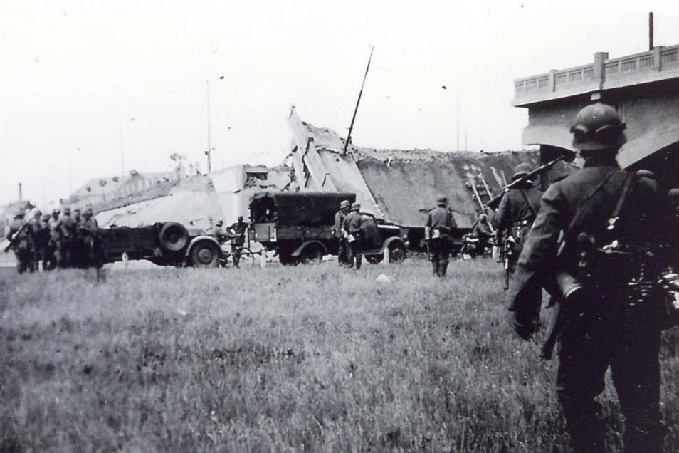 """""""Immer wieder stecken unsere Fahrzeuge fest."""" Hier blockiert eine gesprengte Brücke die Absetzbewegung von Marcel Weises Einheit."""