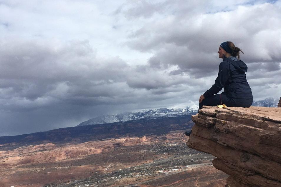 In der Ruhe liegt die Kraft: Ana Zirner genießt den Ausblick von einem Berg. Die Bilder stammen aus dem Buch der gebürtigen Bayerin.