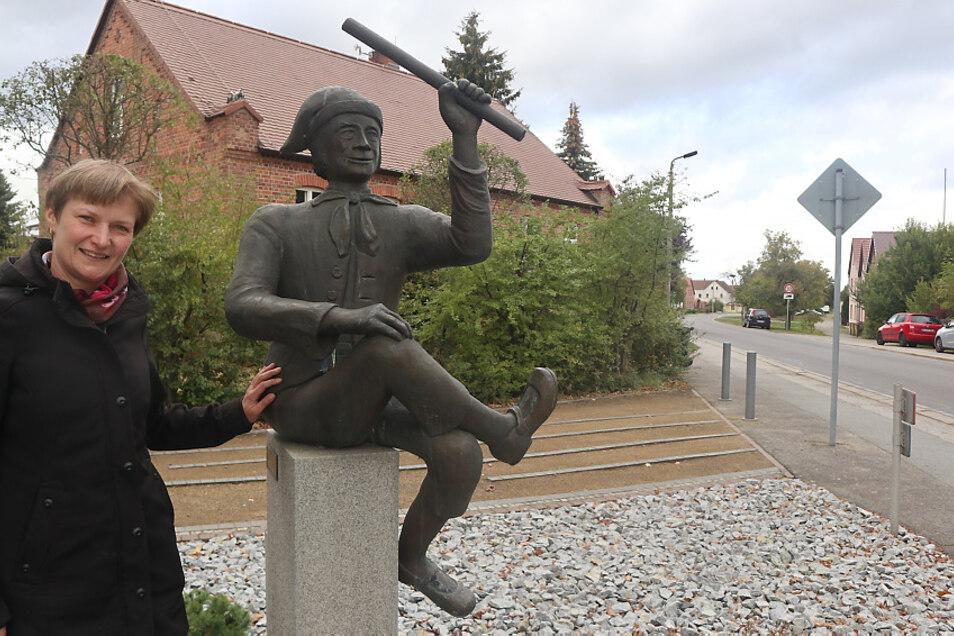Silvia Stephan engagiert sich in Schwarzkollm ehrenamtlich. Ihre Liebe zur sorbischen Sprache wurzelt im Glauben und in der Familie. Hier steht sie am Krabat-Denkmal, geschaffen 2002 von Metallgestalter Harald Lukschanderl aus Maukendorf.