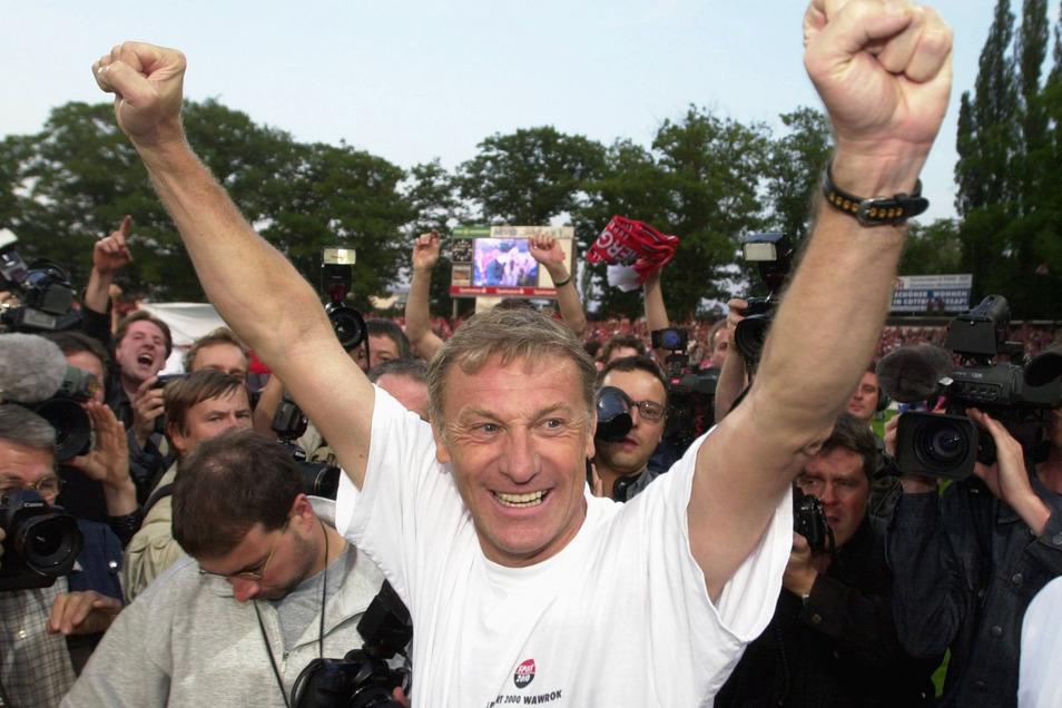 Geschafft! Der frühere Dresdner Meistertrainer Eduard Geyer steigt im Mai 2000 in die Bundesliga auf, und mit ihm der FC Energie Cottbus.