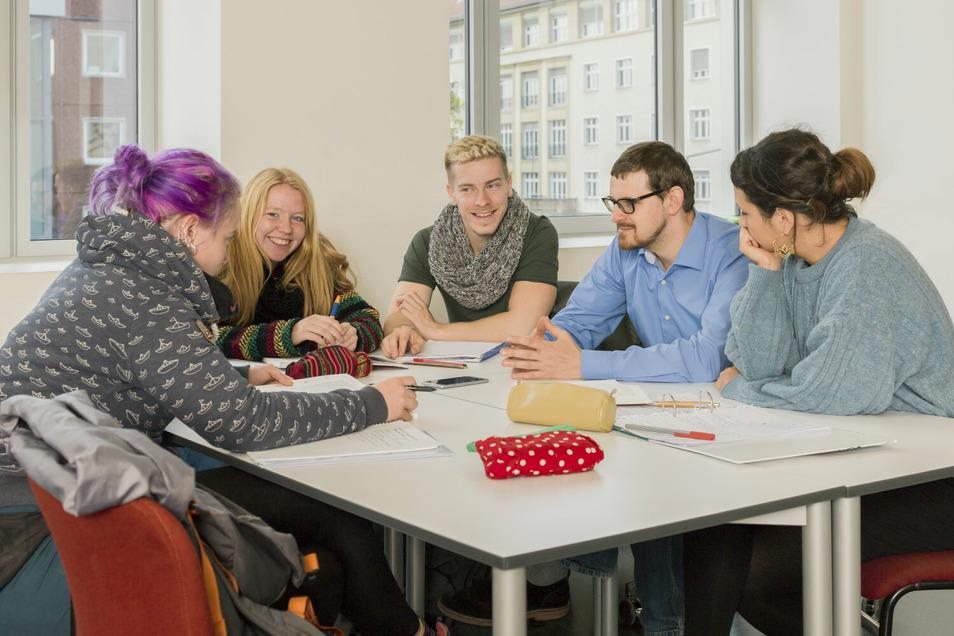 Die Arbeit in kleinen Gruppen ermöglicht den direkten Austausch mit Dozierenden und Kommiliton_innen.
