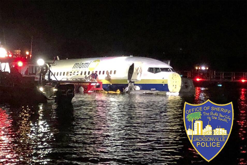 Rettungskräfte neben dem verunglückten Flugzeug im Wasser.