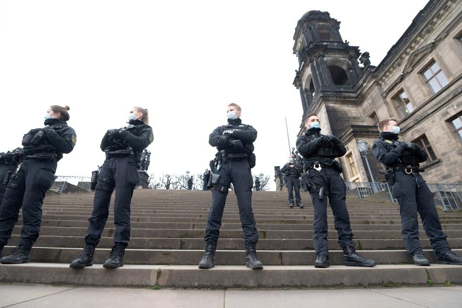 Die Polizei sperrte ganze Bereiche der Stadt ab, wie hier die Brühlsche Terrasse. Tatsächlich bliebe es relativ ruhig – bis zum Abend.