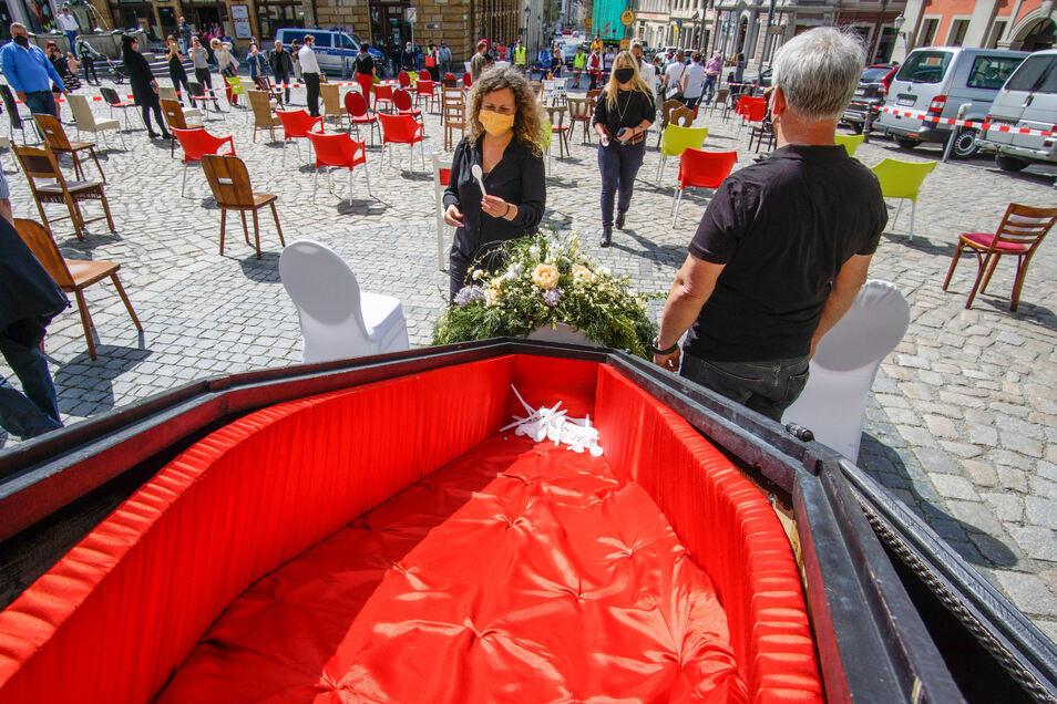Gastronomen, Hoteliers und Händler haben am Freitag auf dem Bautzener Hauptmarkt symbolisch den Löffel abgegeben - um auch ihre prekäre Lage in der Corona-Krise aufmerksam zu machen.