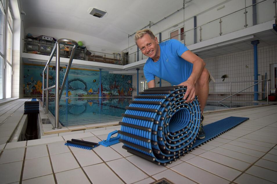 Die Vorbereitungen für die Hallenbadsaison in Roßwein sind so gut wie abgeschlossen. Bad-Chef Jens Göhler erledigt Arbeiten an der Überlaufrinne.