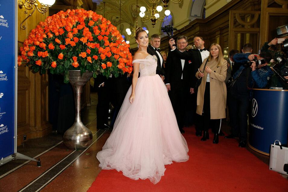 Trotz Moderations-Aus wegen eines zu tiefen Ausschnitts kam Sylvie Meis in diesem Jahr als Gast zum Ball. Und scherzte über die Kritik an ihrem Kleid aus dem Vorjahr.