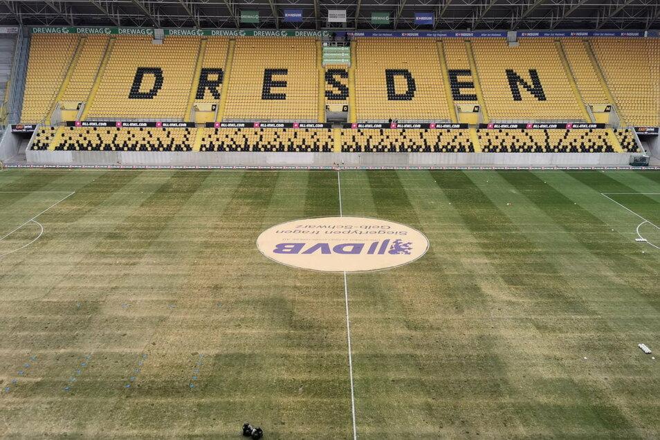 Der Platz im Rudolf-Harbig-Stadion in Dresden sieht mehr grau statt grün aus. Fußball wird auf diesem Geläuf heute dennoch gespielt. Anstoß gegen den KFC Uerdingen ist um 14 Uhr.