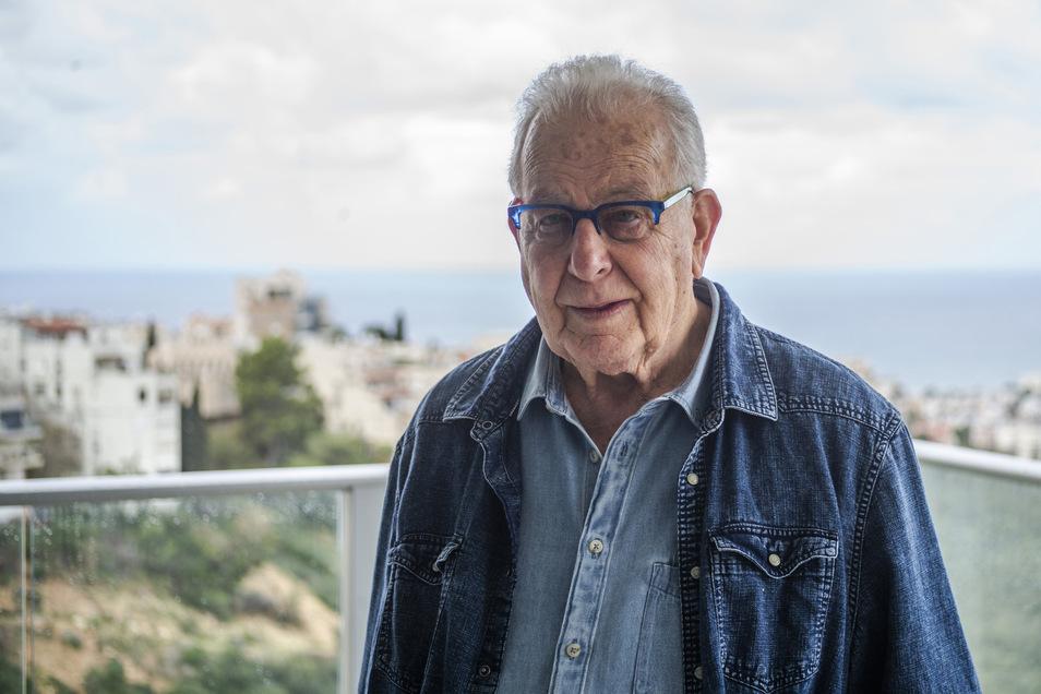 Naftali Fürst, der inzwischen 87-jährige Holocaust-Überlebende, steht auf dem Balkon seiner Wohnung in der israelischen Hafenstadt Haifa.