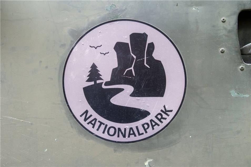 Da es sich um eine Produktion des öffentlich-rechtlichen Fernsehens handelt, dürfen keinerlei Marken und Logos im Film zu sehen sein. Das Nationalpark-Logo, das auf dem Auto und der Uniform der Ranger prangt, wurde extra für die TV-Reihe gestaltet. Das originale Logo des Nationalparks zeigt den Lilienstein und die Elbe.