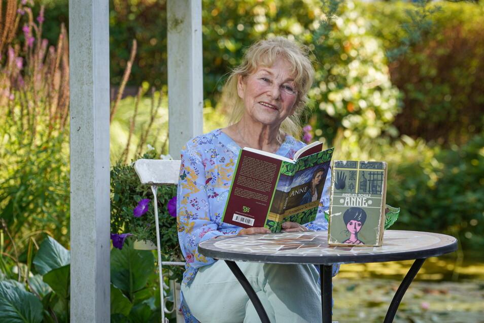 """Die Oberlausitzer Autorin Annelies Schulz bereitet sich in ihrem Garten auf die ersten Lesungen mit ihrem Erfolgsroman """"Anne"""" vor. Über ein halbes Jahrhundert liegen zwischen der Erstausgabe und der Neuerscheinung."""