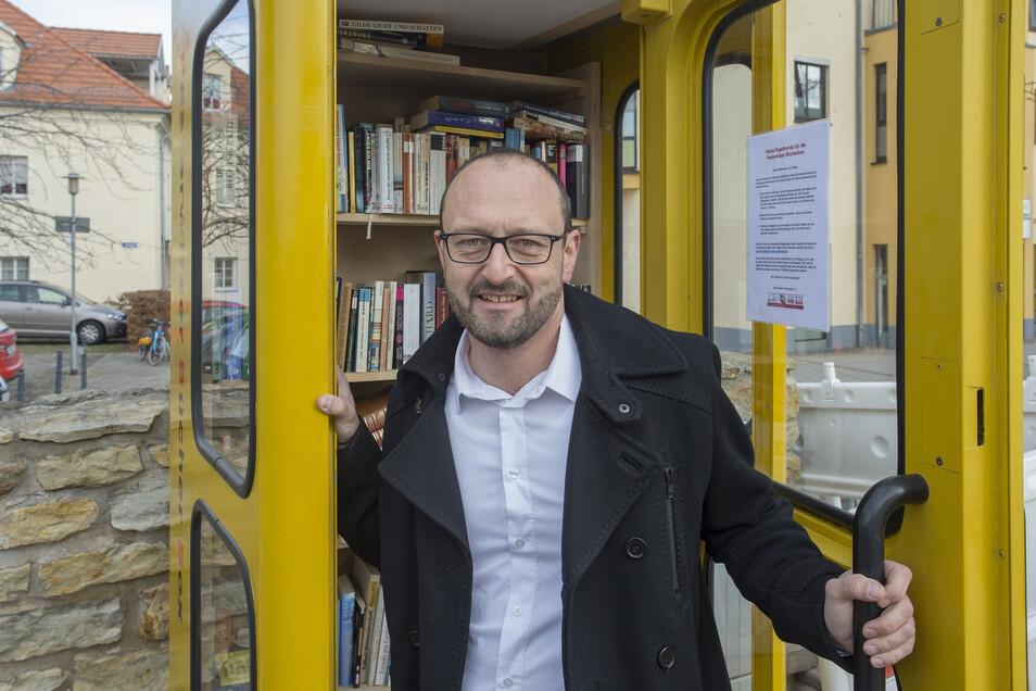 Sven Ditz ist Initiator einer Bücher-Austausch-Station in einer ausgedienten Telefonzelle am Dorfplatz in Pesterwitz.