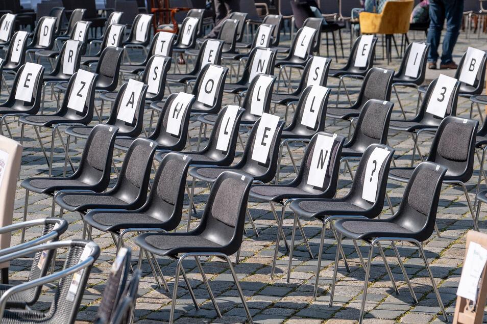 Leere Stühle werden am Freitag auf dem Bautzener Hauptmarkt stehen. Gastronomen und Hoteliers aus der Region wollen damit auf ihre Existenzangst in der Corona-Krise aufmerksam machen - so wie vor einer Woche in Dresden, wo dieses Foto entstand.