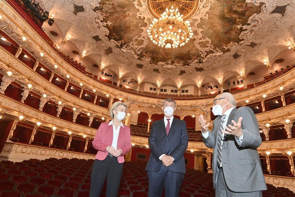 Ursula von der Leyen, Andrej Babis (M.) und Jan Burian, Generaldirektor des Nationaltheaters unterhalten sich während einer Besichtigung der Staatsoper.
