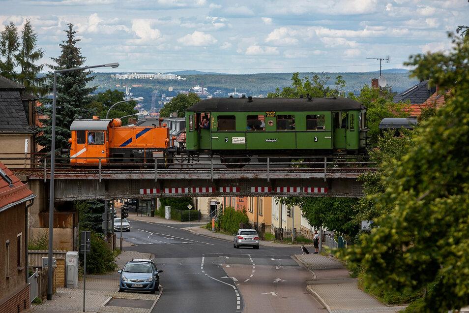 Die Windbergbahn fährt über die Brücke an der Karlsruher Straße.