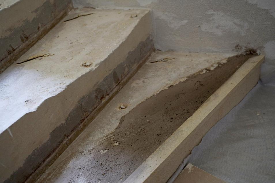 Auch die Sandsteinstufen im Treppenhaus werden aufgearbeitet.
