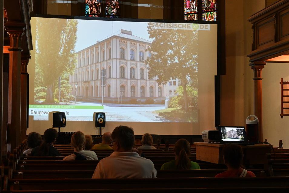 """So sah es aus, als sich die Besucher von """"Ring on Feier"""" am Sonnabendabend die SZ-Präsentation zur Entwicklung der Zittauer Innenstadt in der Weberkirche angesehen haben."""