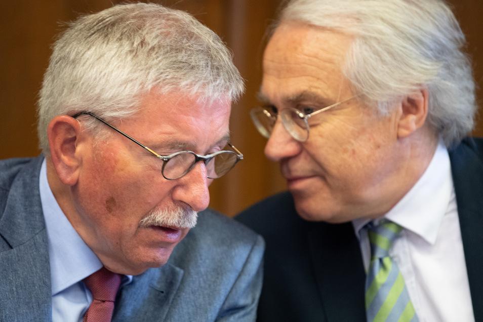 Thilo Sarrazin (l.) und sein Anwalt Andreas Köhler unterhalten sich vor der Sitzung der SPD-Schiedskommission. Das Parteigericht verhandelt über den Ausschluss von Thilo Sarrazin aus der Partei.