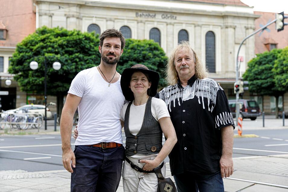 """Birgit Beltle vom """"Ideenfluß-Verein"""" - hier mit Marc Winkler (links) und Ralph Kunze - bittet nach einem Diebstahl um Spenden."""