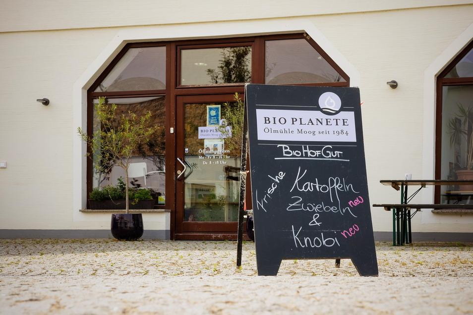 Im Hofladen gibt es neben einer riesigen Auswahl an Speiseölen und der passenden Beratung auch Kartoffeln, Zwiebeln, Mehl und Knoblauch vom Biohofgut Klappendorf.