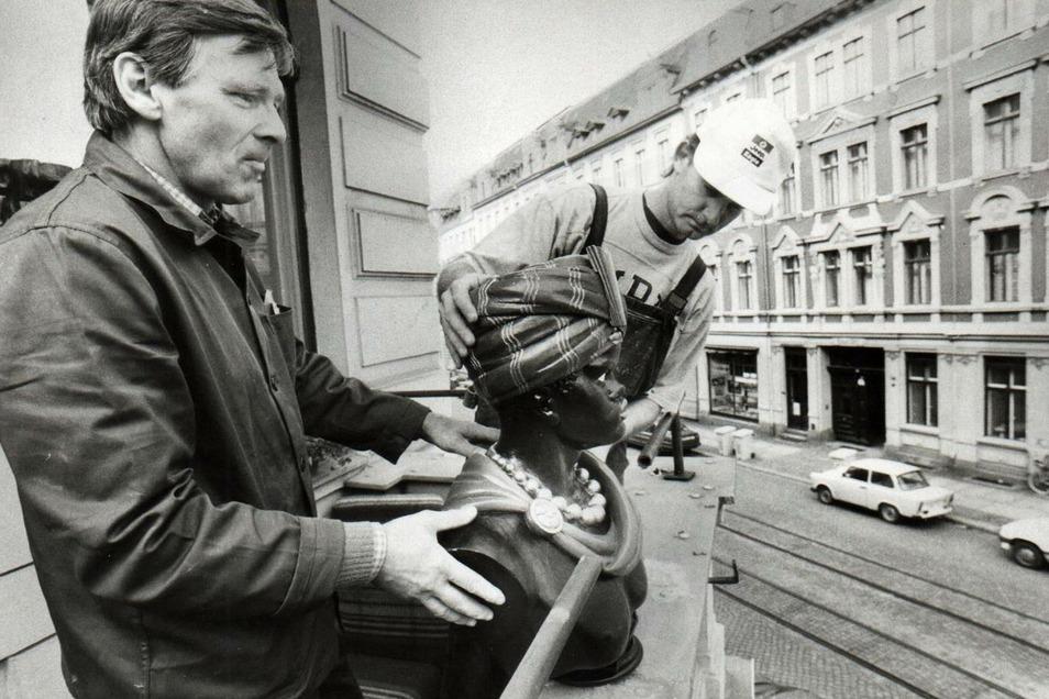 1993 bekam die Görlitzer Mohren-Apotheke an der Ecke Lutherplatz/Landeskronstraße ihr altes Wahrzeichen zurück. Jürgen Sander (l.) und Jens Trenkler von der Bau GmbH Görlitz setzten den Kopf wieder auf seinen angestammten Platz.