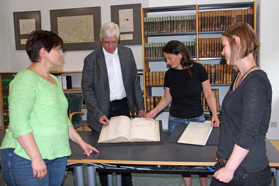 Der Archivverbund Bautzen konnte eine Akte mit historischen Grundstücksverträgen restaurieren lassen. Möglich wurde dies durch eine Spende von Matthias Medack und Marén Kupke (hinten). Hier begutachten beide das Ergebnis der Restaurierung gemeinsam m