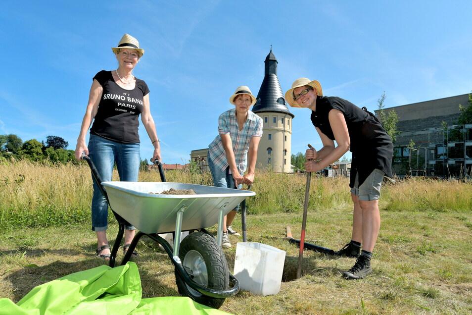 Claudia Pohl, Marina Griesbach und Gabriele Opitz-Gehrisch (von rechts) heben die Löcher für die Stangen des neuen Sonnensegels aus.