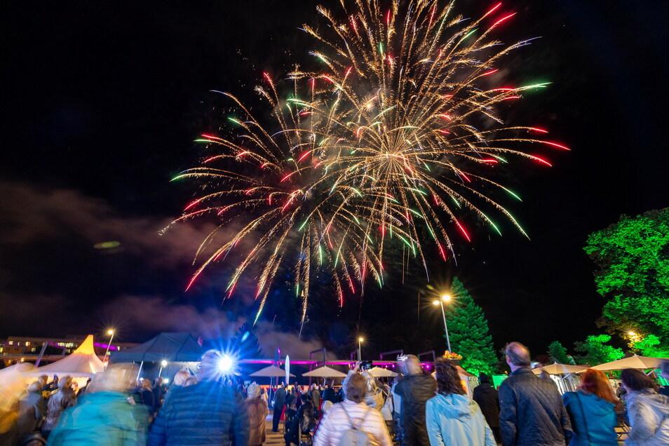 Mit einem Feuerwerk hat Freital seine Feier zum 100-jährigen Jubiläum eröffnet.