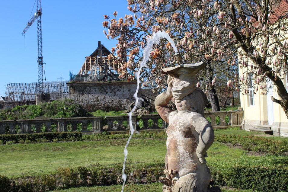 Einer der vier bereits erneuerten Springbrunnen im künftigen Ferienresort Schloss Tiefenau sprudelt seit Kurzem wieder.