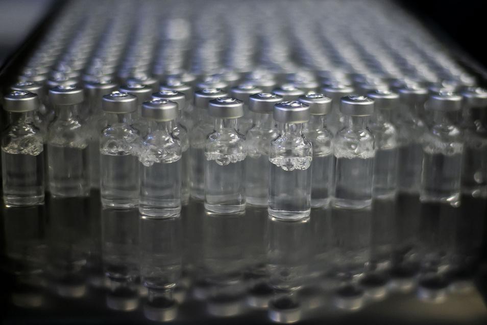 Fläschchen mit dem Corona-Impfstoff der Firma Astrazeneca sind in einer Produktionsstätte zu sehen.