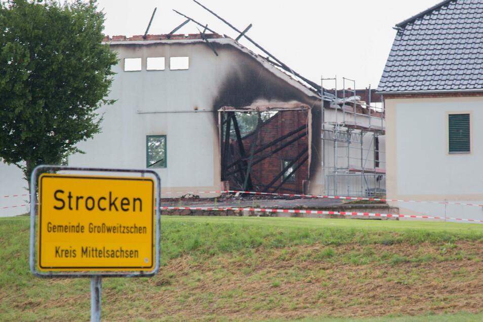 Einen Tag nach dem Brand einer Scheune im Großweitzschener Ortsteils Strocken steht die Brandursache fest. Ermittler der Kriminalpolizei waren vor Ort.