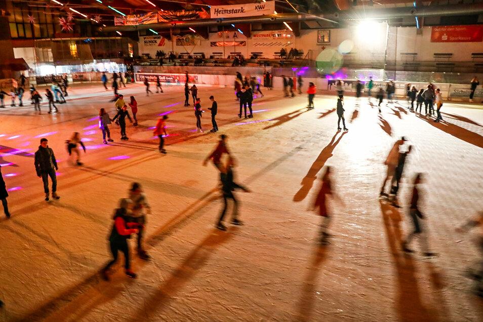 Beliebter Treffpunkt, wichtige Sportstätte, großer Tourismusmagnet: die Eisarena in Jonsdorf.
