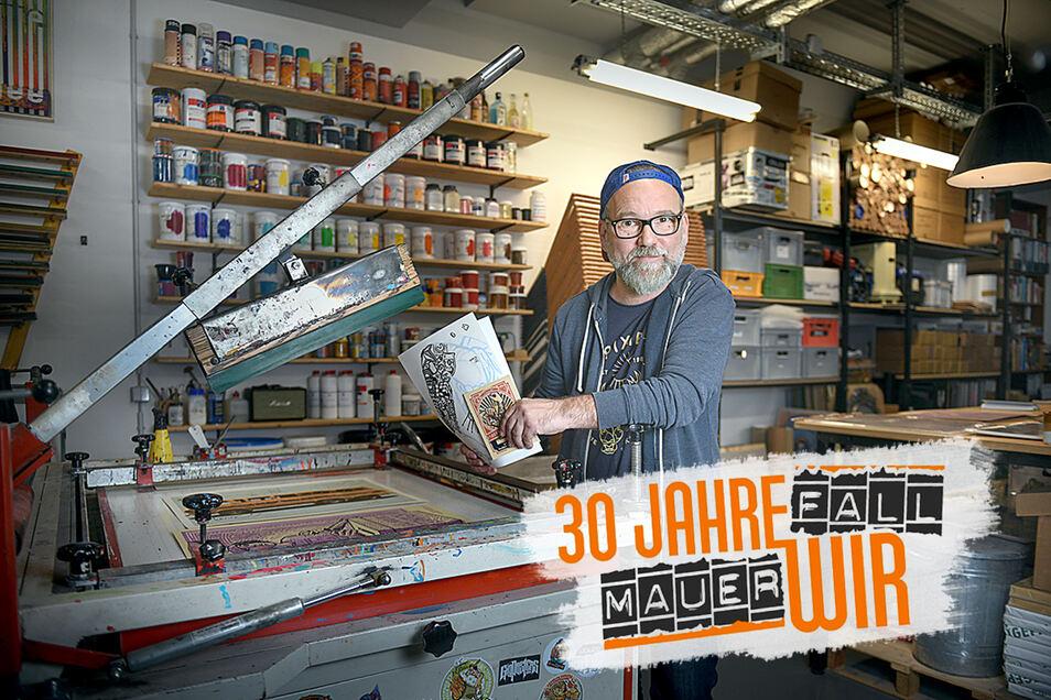 """In seiner Werkstatt zeichnet Lars P. Krause die Motive für Poster und Flyer per Hand. Dann macht er daraus einen Siebdruck, """"ganz analog"""", wie er sagt."""
