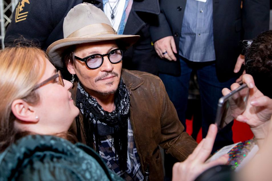 Johnny Depp posiert in Berlin mit Fans für ein Foto. Die Internationalen Filmfestspiele finden vom 20.02. bis zum 01.03.2020 statt.