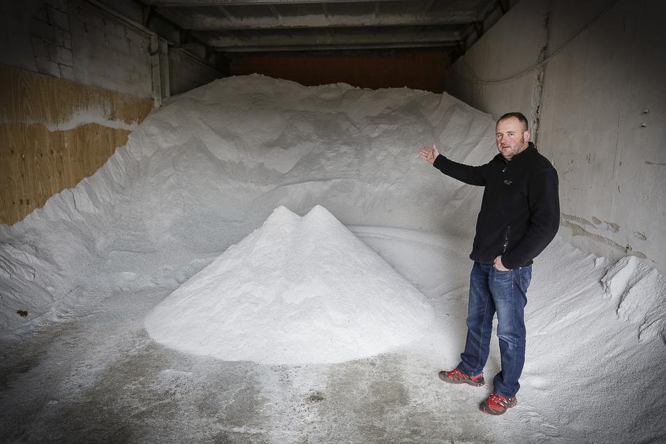 Waren in manchen Wintern die Streusalzvorräte knapp – auf dem Archivfoto zeigt Robby Schönfelder in eine Halle der Firma Straßendienst und Kommunalservice – ist in dieser Saison davon keine Rede.