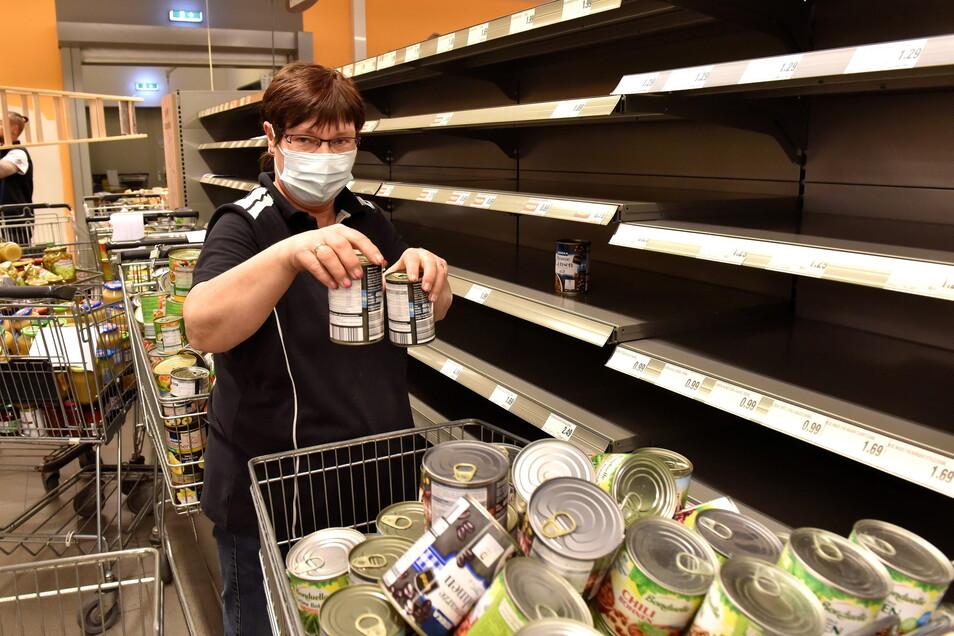 Irka Krumpolt, die Marktleiterin des Altenberger Edekas, räumt die Regale aus.
