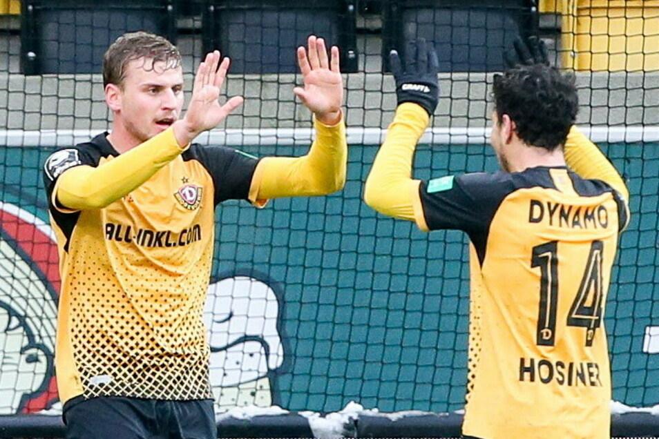 Sie sind ein eingespieltes Sturm-Duo: Christoph Daferner (l.) und Philipp Hosiner legen sich bei Dynamos Tore-Spektakel je einen Treffer auf.