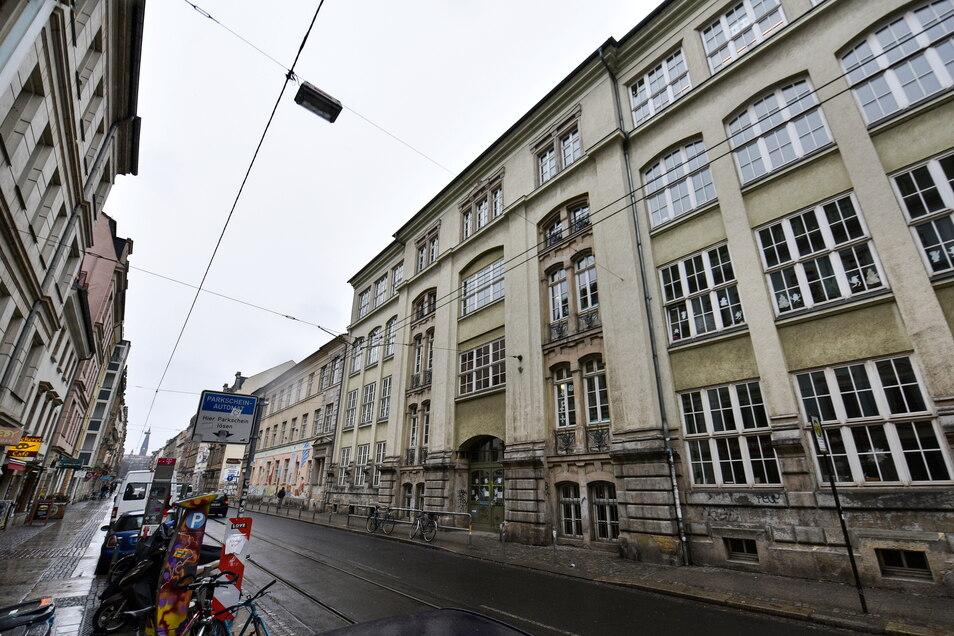 17 Schüler und eine Beschäftigte haben sich an der 15. Grundschule in der Dresdner Neustadt mit dem Coronavirus infiziert.