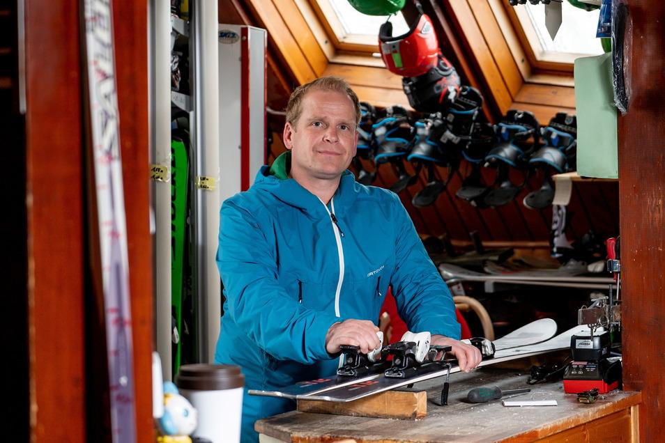 Tom Häckel betreibt an der Schwebebahn seit 1999 Imbiss und Skiverleih.