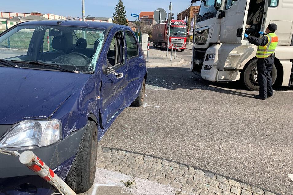 Die Fahrerin des Dacia musste von der Feuerwehr aus ihrem Auto befreit werden.
