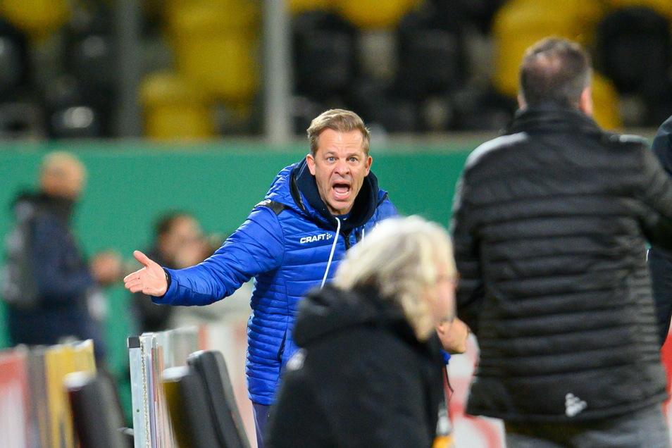 Das Spiel ist entschieden, doch am Seitenrand kochen die Emotionen manchmal über. Darmstadts Trainer Markus Anfang gestikuliert in Richtung Dynamo-Bank.