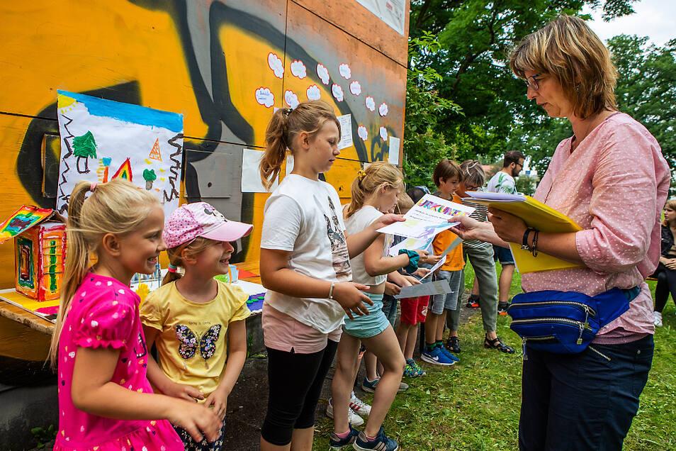 """Für die Kinder gab es nach der Abschlusspräsentation des Ferienprojektes """"Wünsch dir was"""" noch eine Urkunde, die sie zu kleinen Stadtentwicklern ernannte."""