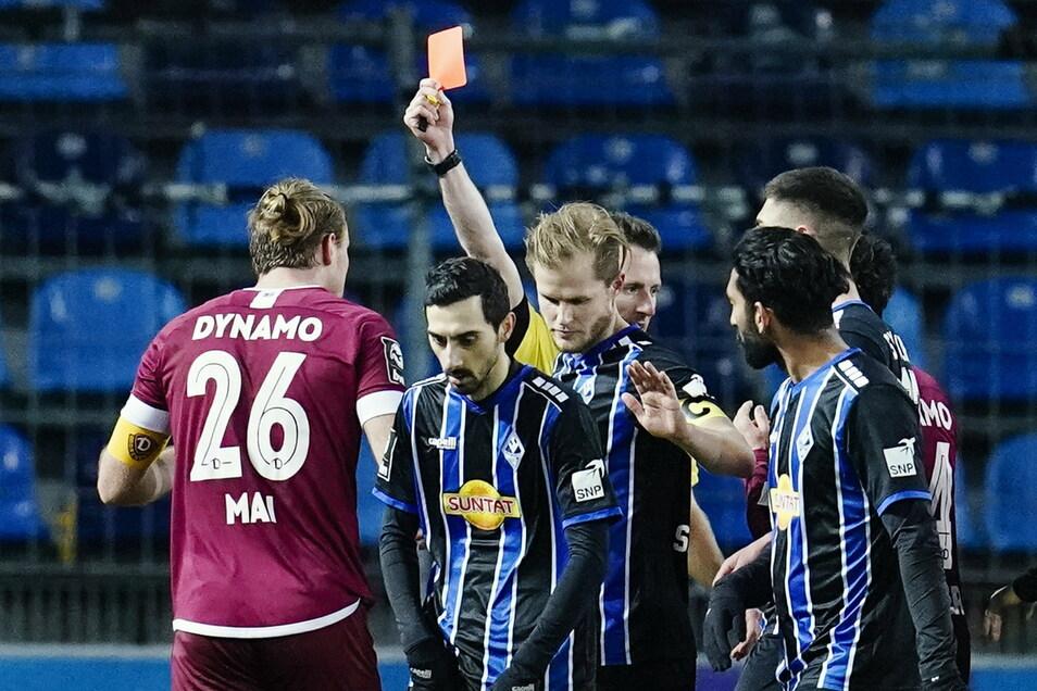 Schiedsrichter Lukas Benen zeigt Dynamo-Kapitän Sebastian Mai (l.) die Rote Karte - beim 0:1 in Mannheim fliegt auch noch Kevin Ehlers vom Platz.