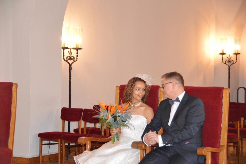 Alleine im Trausaal: Hat auch was, finden Sandra und Rainer Cechlovsky.