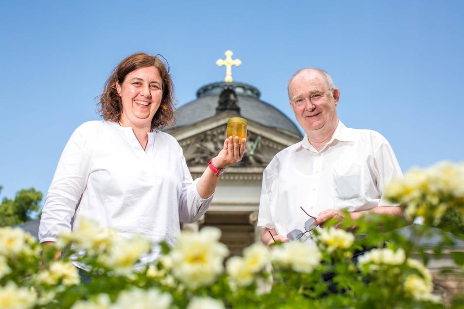 Friedhofsverwalterin Beatrice Teichmann und Imker Albrecht Gähler laden am Sonntag auf den Johannisfriedhof in Tolkewitz ein.