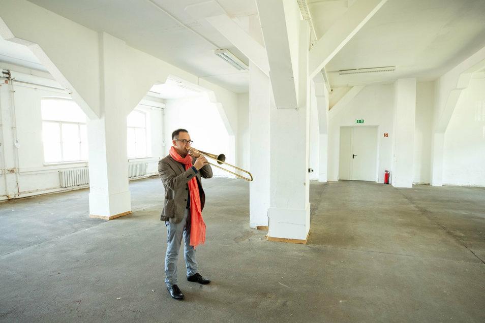 Ercole Nisini spielt in einer Halle in Pirna. Er hat für sein Konzept, um in dieser Art zu musizieren, einen Preis erhalten.