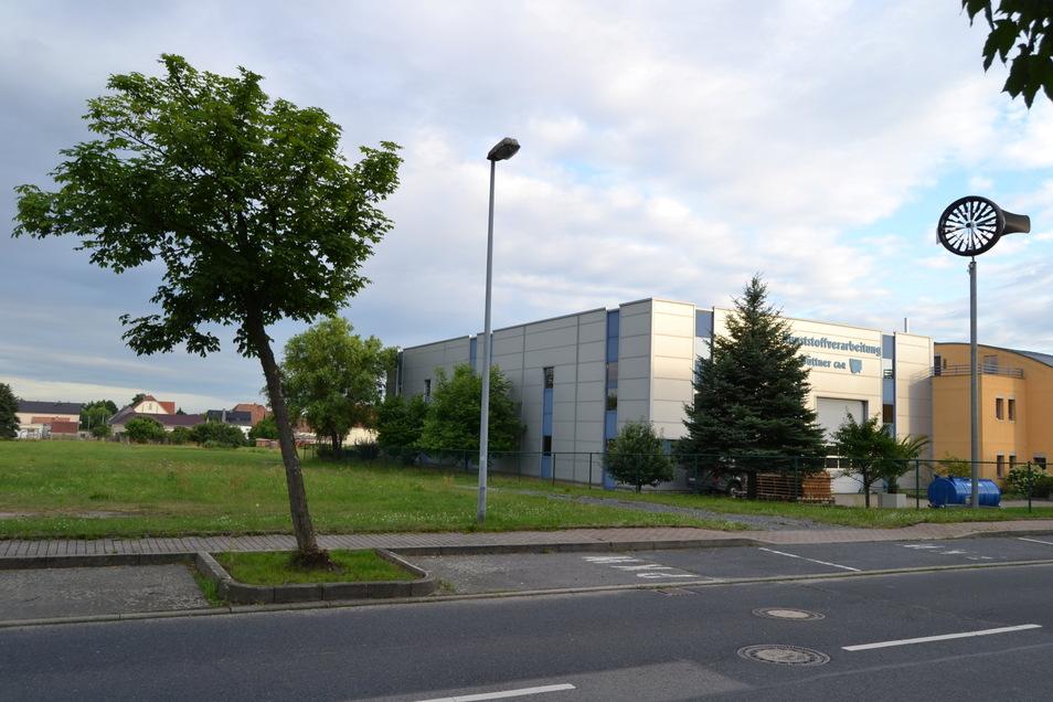 Auf der grünen Wiese neben der Kunststoffverarbeitung Büttner soll die neue Thiendorfer Rettungswache gebaut werden.